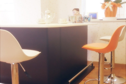 白が基調のシンプルで清潔感があるオフィスで入会希望者や会員様を出迎えている。