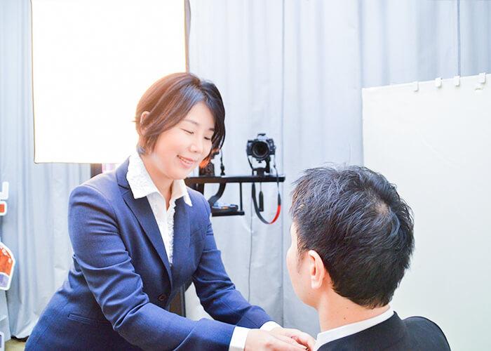 お見合い写真撮影に同行される石塚さん。